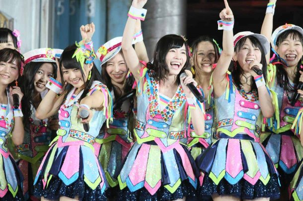 http://nihongogo.com/wordpress/wp-content/uploads/2013/08/Highlights-from-AKB48%E2%80%B2s-Five-Dome-Tour-Nagoya-Dome-Day-1-38.jpg