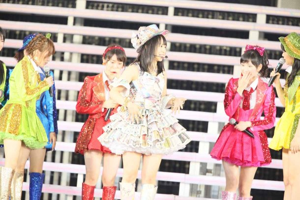http://nihongogo.com/wordpress/wp-content/uploads/2013/08/Highlights-from-AKB48%E2%80%B2s-Five-Dome-Tour-Nagoya-Dome-Day-1-39.jpg